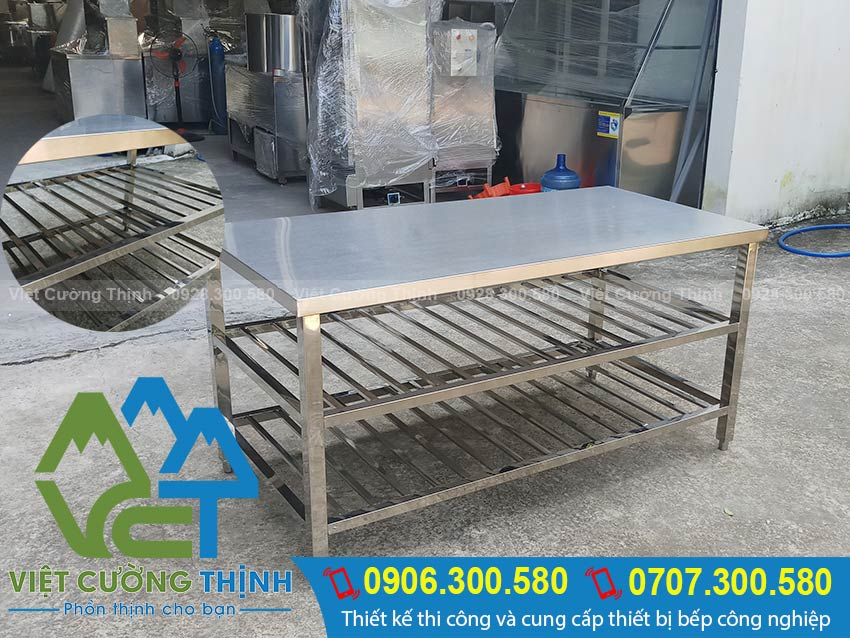 Bàn inox 3 tầng là bàn bếp inox, bàn inox nhà hàng hay bàn inox công nghiệp được VCT sản xuất với kích thước theo đơn đặt hàng. (Ảnh thực tế)